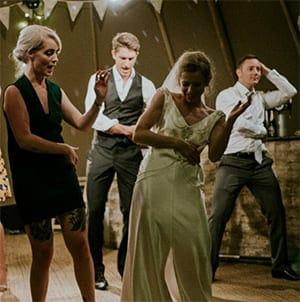 Tanzzende Menschen bei dj gesucht Husum