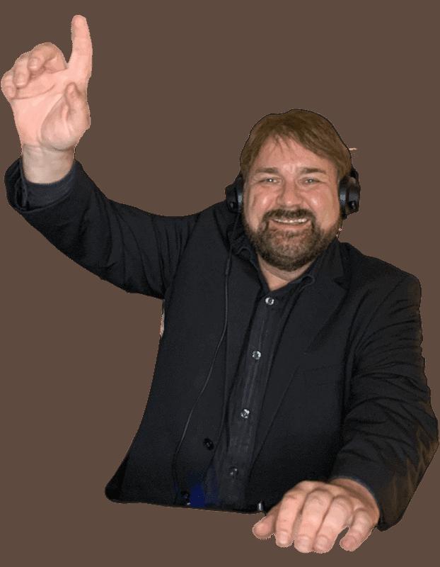 DJ aus kiel Maikel am DJ Pult am Feiern