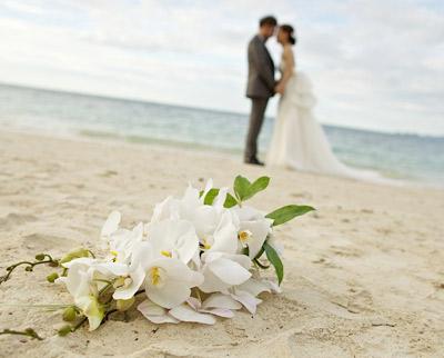 Brautpaar amstrand mit Blumen dj maikel