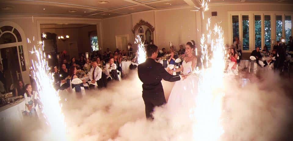 Tanzendes Brautpaar mit DJ