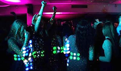 Tanzende fraUEN IN EINER FEIER LOVATION MIT DJ