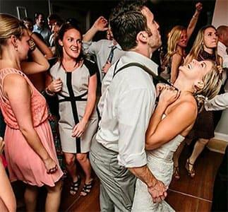 Wedding Party mit Hochzeitspaar